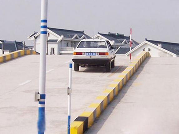 上坡路定点停车与坡道起步合格标准