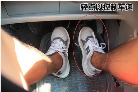 踩离合器与踩油门踏板的配合要协调