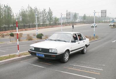 2016坡道定点停车与起步操作方法
