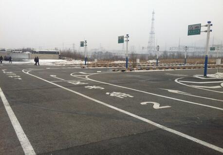 科目二考试内容包括:倒车入库;坡道定点停车和起步;侧方停车;曲线行驶