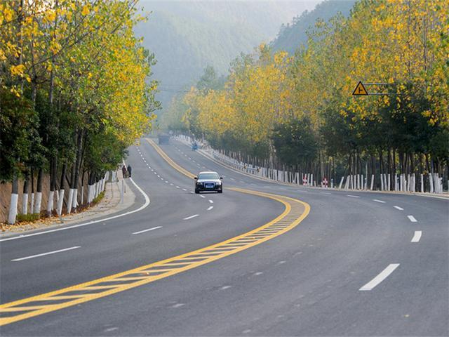 国庆假期,为啥老司机宁愿慢点走国道也不走高速?真相原来是这样