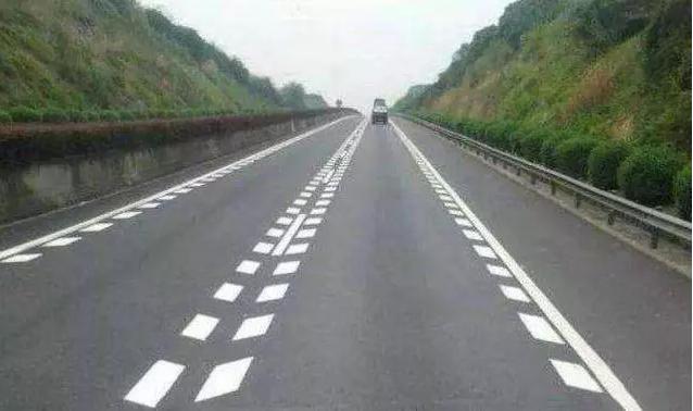 高速公路遇到这种线你都知道怎么卡吗,否则扣分也不知道!