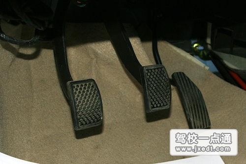 采用两脚离合器换挡法