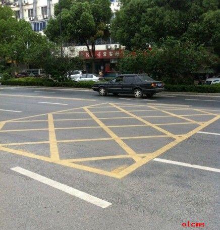黄色网格线是禁停标线